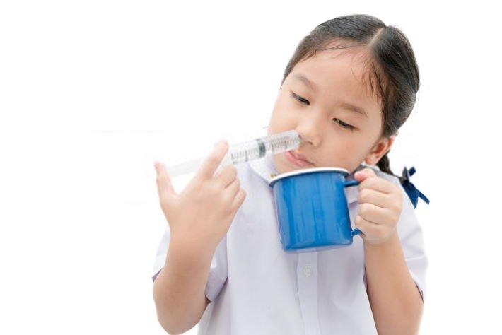 imagen niña con remedios caseros para la sinusitis